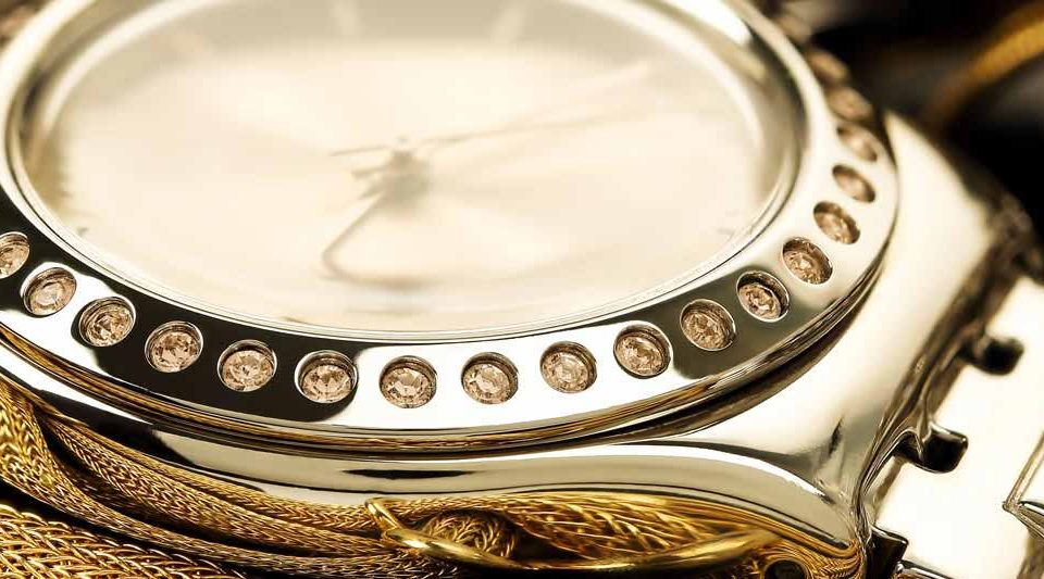 Eine goldene Armbanduhr