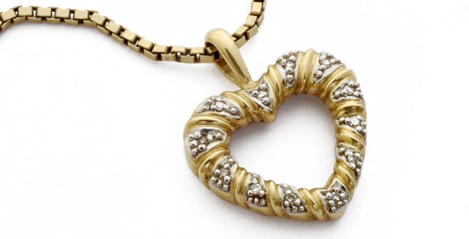 Goldkette mit einem Herzanhänger