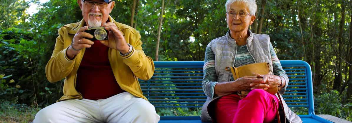 Älteres Ehepaar sitzt auf einer Bank