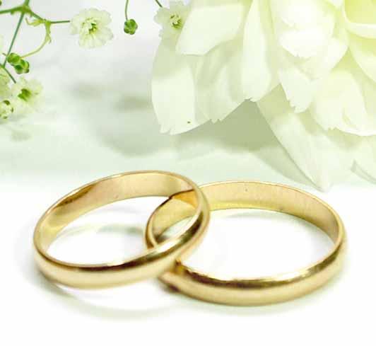 Ein Paar Hochzeitsringe aus Gold