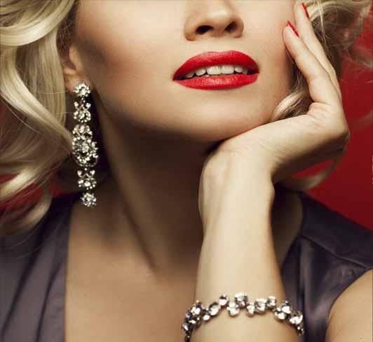 Elegante Frau mit Arm- und Ohrschmuck