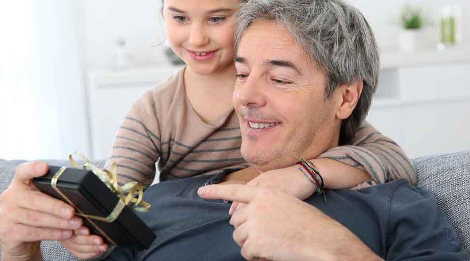 Ein Vater wird von seiner Tochter beschenkt