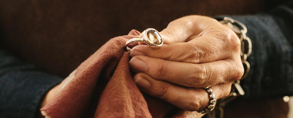 ein Ring wird gereinigt