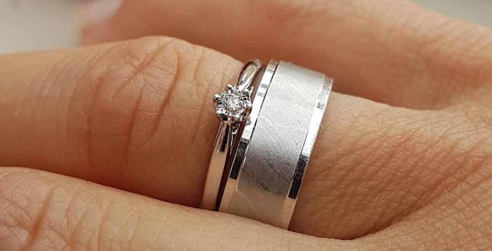 zwei Ringe an einem Finger